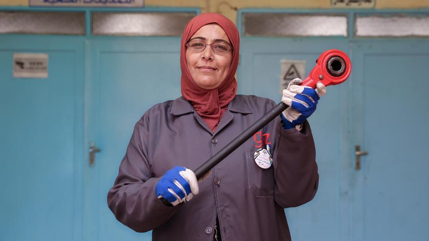 Alia Mohammed posa orgullosa con una llave carraca, utilizada para el corte de las tuberías.