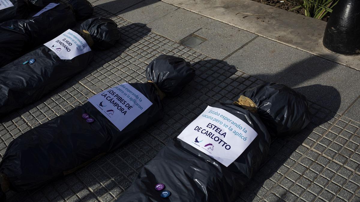 "Las ""bolsas mortuorias"" usadas en la protesta"