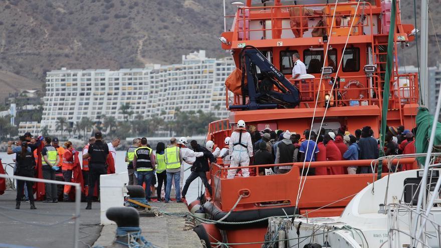 La embarcación de Salvamento Marítimo con los inmigrantes a bordo a su llegada a Gran Canaria.