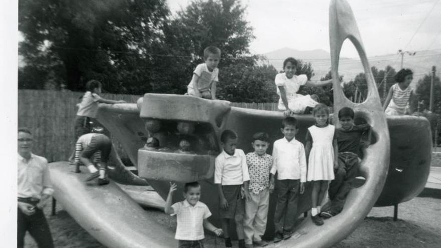 Fotografía de 1963 cedida por Leah Davis Witherow, historiadora del Museo Pioneer en Colorado Springs, donde se muestra a unos Niños mientras juegan en el patio de recreo de una escuela en un barrio de Colorado Springs. El parque America The Beautiful en Colorado Springs, la tercera ciudad más populosa de Colorado, encierra un secreto poco conocido que ahora vecinos latinos quieren sacar del olvido: allí hubo un barrio hispano durante más de un siglo.