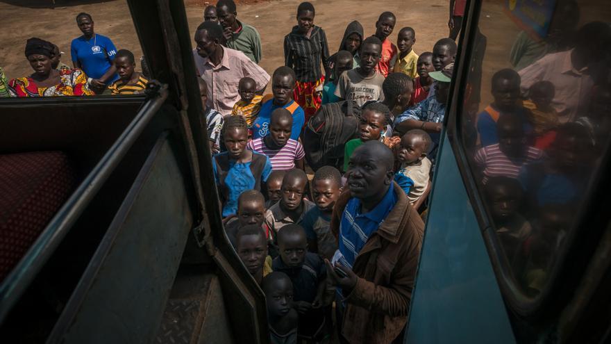 La gran mayoría proceden del estado de Ecuatoria Central, ubicado entre la capital, Juba, y la frontera con la República Democrática del Congo. Una vez registrados, los refugiados son reunidos en un centro de tránsito durante un máximo de 24 horas antes de ser conducidos en camión o en autobús a los asentamientos. Fotografía: Yann Libessart/MSF