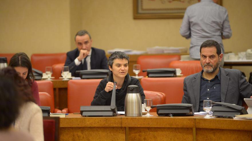 Los coportavoces de En Comú Podem, Lucía Martín y Josep Vendrell, en una comisión en el Congreso.