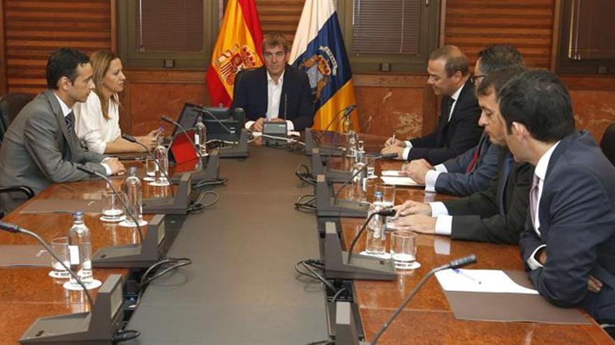 El presidente del Gobierno de Canarias, Fernando Clavijo, se reunió este miércoles con los alcaldes de Las Palmas de Gran Canaria, Augusto Hidalgo, y Santa Cruz de Tenerife, José Manuel Bermúdez, en el Consejo de Capitalidad. EFE/Elvira Urquijo A.