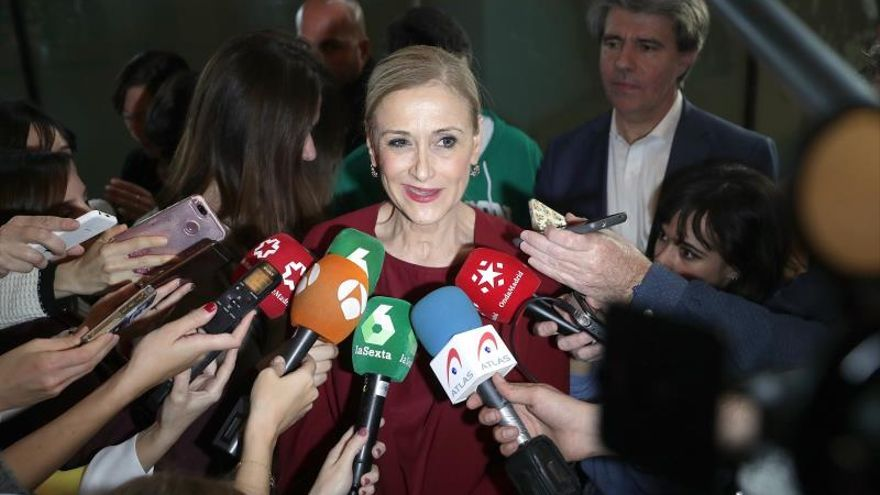 Cristina Cifuentes hace declaraciones a los medios tras conocerse que la Fiscalía investigará el caso máster. / Efe