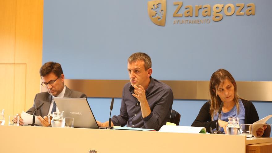 En el centro, el concejal de Economía del Ayuntamiento de Zaragoza, Fernando Rivarés.