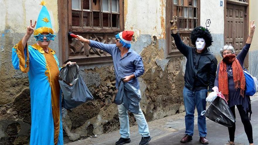 Fotografía facilitada por la Asociación en Defensa del Patrimonio Histórico de Santa Cruz de Tenerife en la que miembros de la asociación limpian la basura de una casa de arquitectura tradicional canaria.