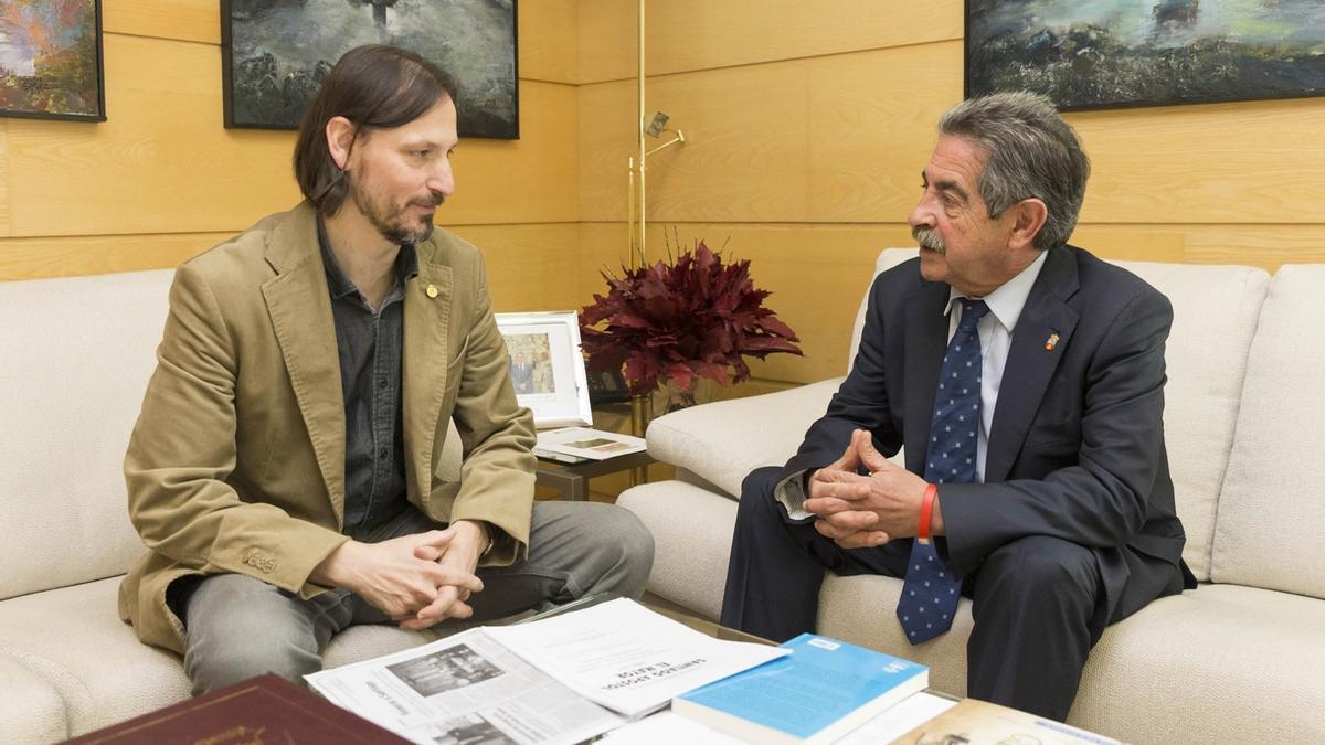 El exalcalde de Miera en una imagen de archivo junto al presidente de Cantabria (derecha).