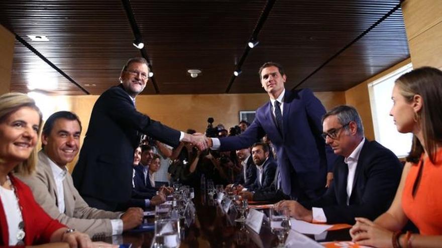 Rajoy y Rivera sellan el acuerdo. Foto: PP.