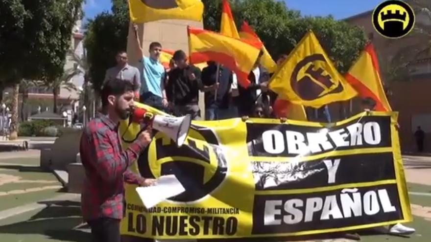 El colectivo de extrema derecha Lo Nuestro, en una concentración el pasado martes Primero de Mayo en torno a una Cruz de los Caídos de Elche