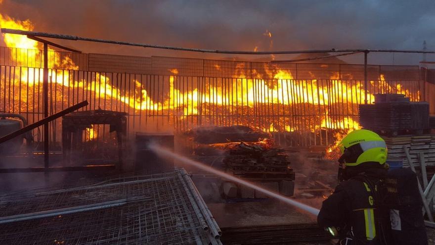 Incendio en una nave industrial en Jinámar. (BOMBEROS DE GRAN CANARIA)