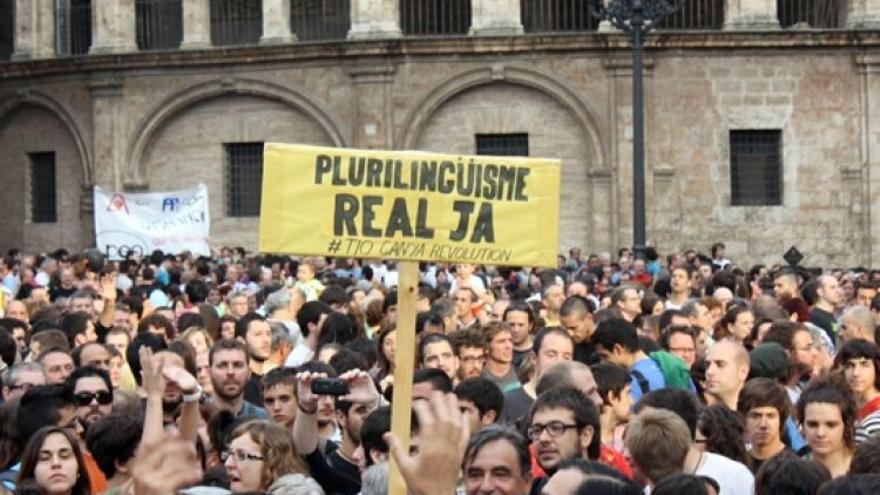 Imagen de un acto público con apoyo al decreto de plurilingüismo