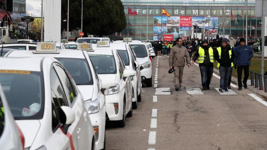 Los taxistas no ceden y anuncian que seguirán en huelga y con manifestaciones frente a la feria de turismo Fitur, en Madrid.