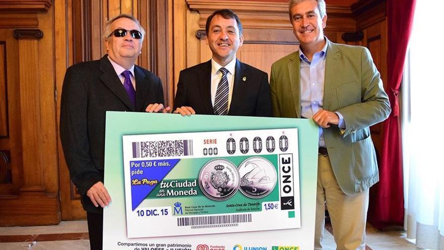 El alcalde de Santa Cruz presenta el cupón de la ONCE con la imagen de la ciudad