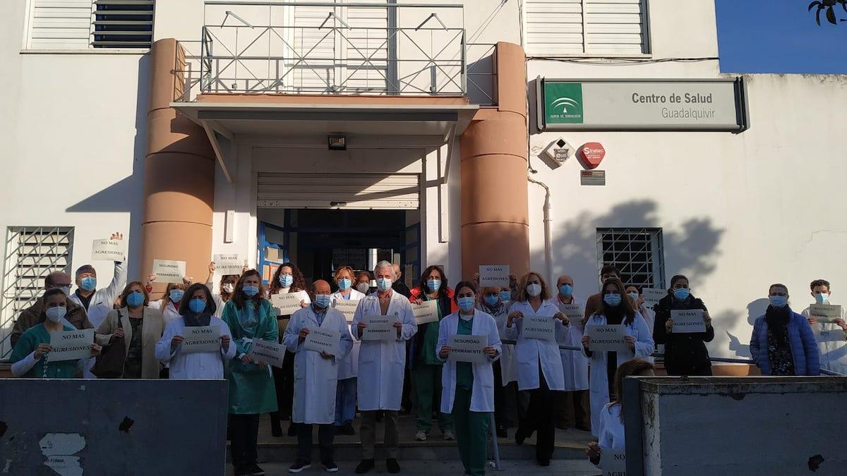Concentración de médicos en el Centro de Salud del Guadalquivir.