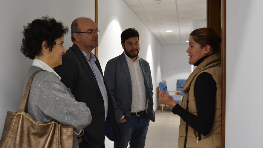 Jovita Monterrey (i), consejera insular de Asuntos Sociales; Anselmo Pestana, presidente del Cabildo de La Palma, y Jacob Qadri, durante la visita realizada al Centro de Día de Barlovento.