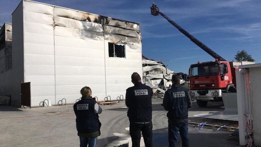 Un incendio destruye una empresa de Esquíroz sin provocar heridos
