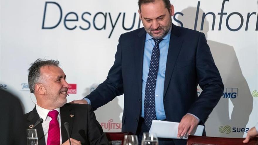 El secretario de Organización del PSOE y ministro en funciones, José Luis Ábalos y el presidente de Canarias, Ángel Víctor Torres.