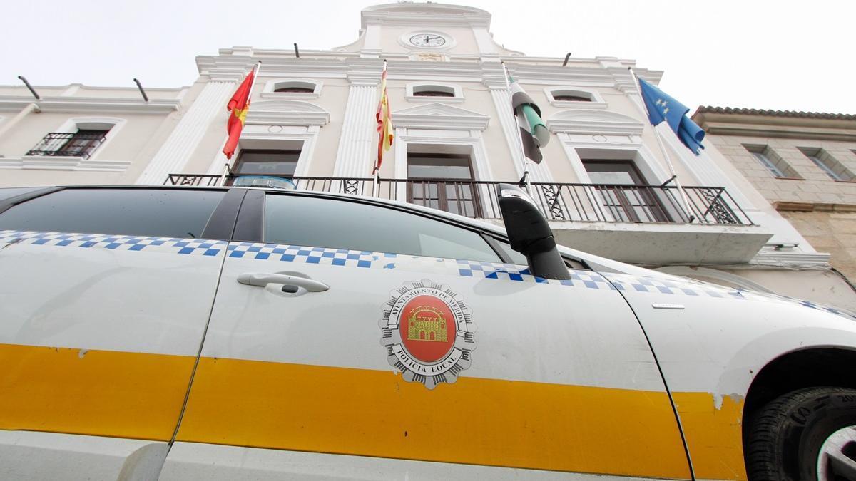 Vehículo de la Policía Local de Mérida en la puerta del Ayuntamiento