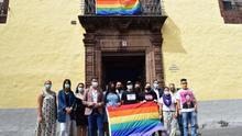 Miembros del colectivo LGBTI y una representación del gobierno municipal de La Laguna, con su alcalde, Luis Yeray Gutiérrez (con chaqueta y vaqueros)