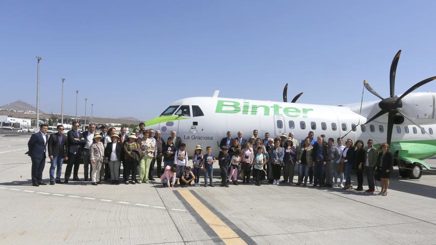 Foto de familia del acto oficial para dar el nombre de La Graciosa a un ATR de Binter, en el aeropuerto de Lanzarote