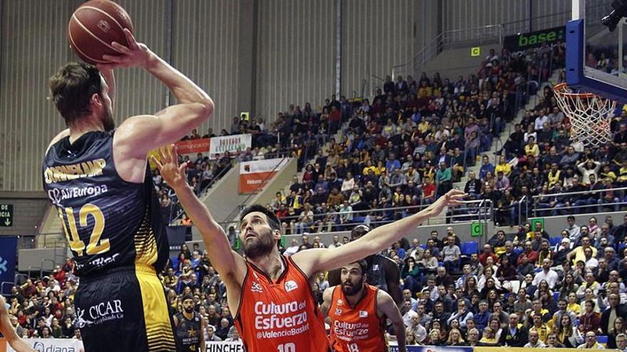 El alero del Iberostar Tenerife Aaron Doornekamp lanza a canasta ante Fernando San Emeterio, del Valencia Basket. EFE/Cristóbal García