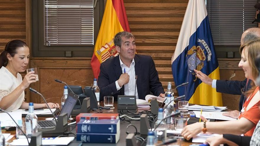El presidente del ejecutivo regional, Fernando Clavijo (c), preside la reunión del Consejo de Gobierno. EFE/Ángel Medina G.