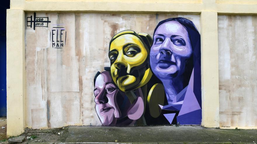 Rostros que decoran una de las paredes del barrio.
