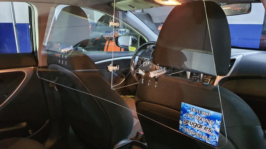 Mamparas de seguridad y desinfección con ozono en los vehículos de Autoescuela Malasaña
