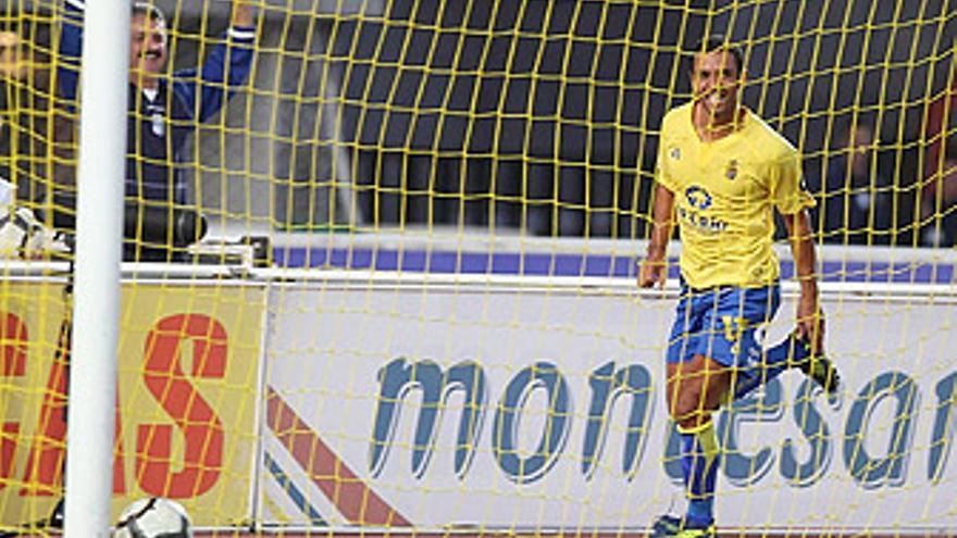 Guayre celebra el primer gol del encuentro de este sábado frente al Rayo Vallecano. (QUIQUE CURBELO)