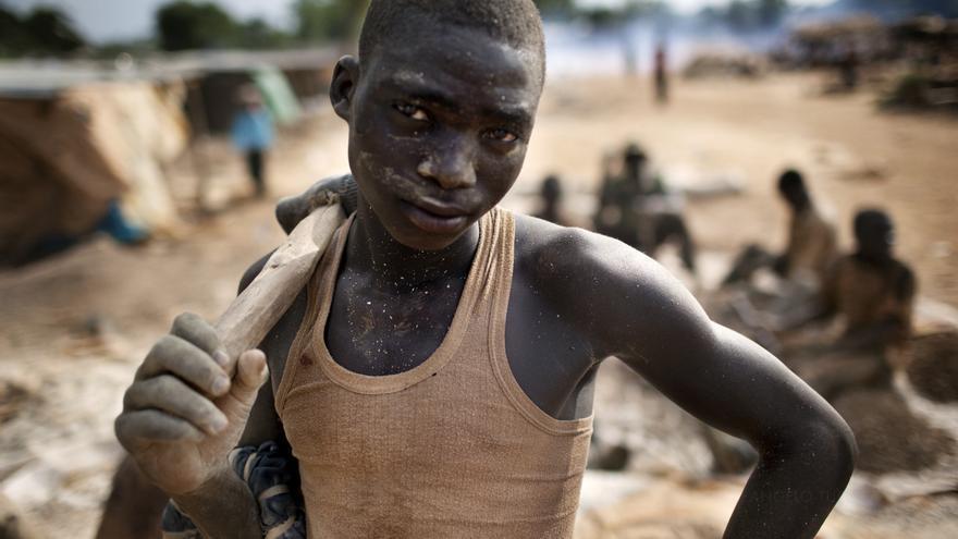 Un niño trabajando en Bagega, Nigeria. Más de 500 niños han muerto en la región por culpa del envenenamiento por plomo. Por el momento, se han limpiado siete aldeas de la región, pero Bagega sigue estando muy contaminada.