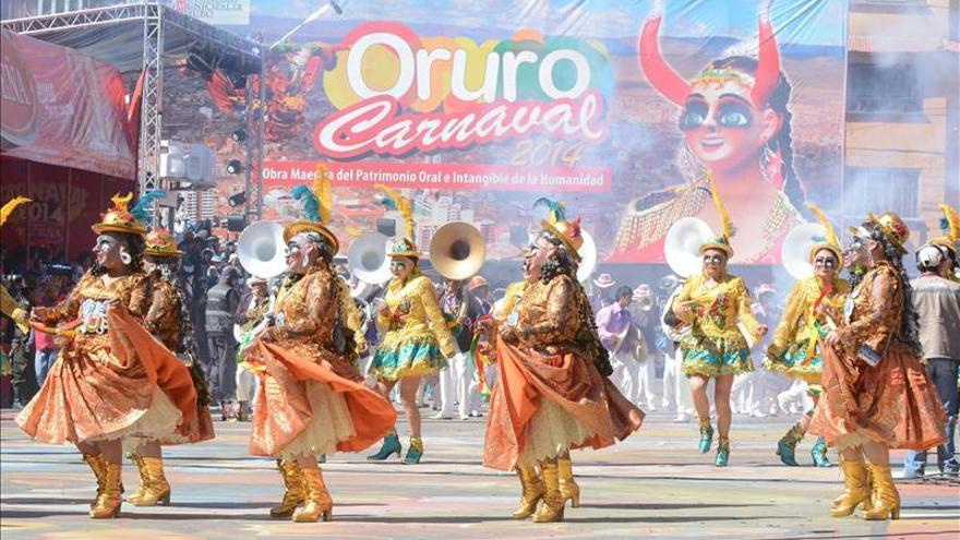 Bolivia luce su folclore en el Carnaval de Oruro con Jude Law como invitado