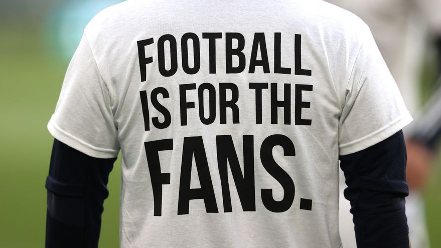 Un jugador del Leed United calienta con una camiseta contra la Superliga.
