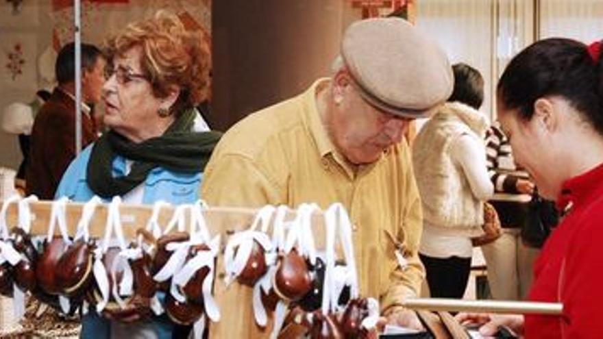 *EFE-CANARIAS* HI01. VALVERDE (EL HIERRO), 06/12/07.- Varios visitantes recorren la sexta feria de artesania que se celebra en la isla de El Hierro. EFE/Gelmert Finol