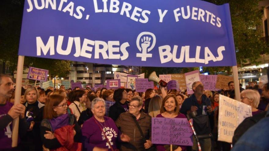 La manifestación de Murcia contó con la presencia de numerosos colectivos feministas procedentes de otros municipios de la Región