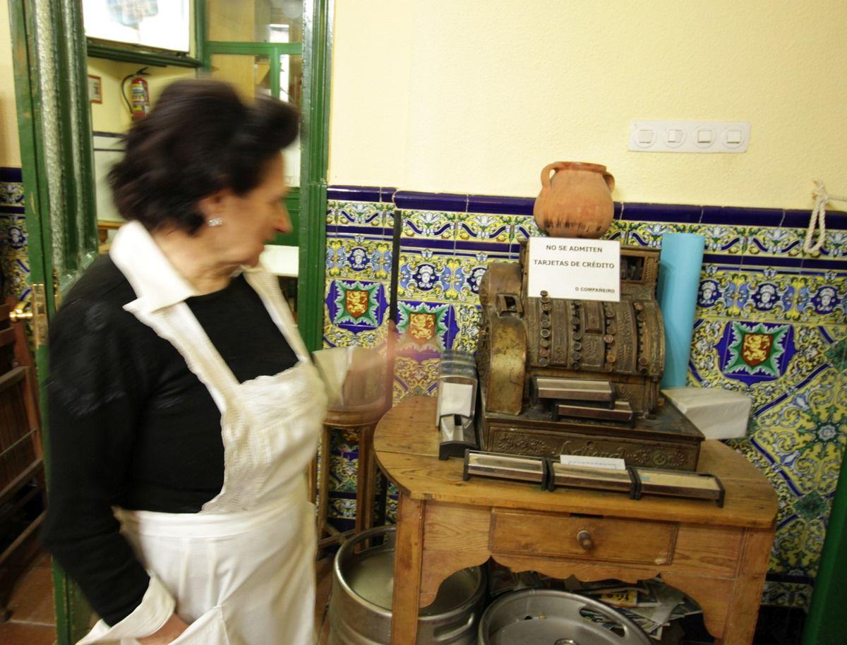 Mari, junto a su antigua máquina registradora | RAQUEL ANGULO