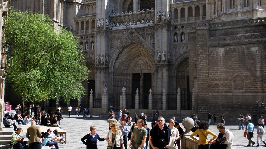 Turistas junto a la catedral de Toledo