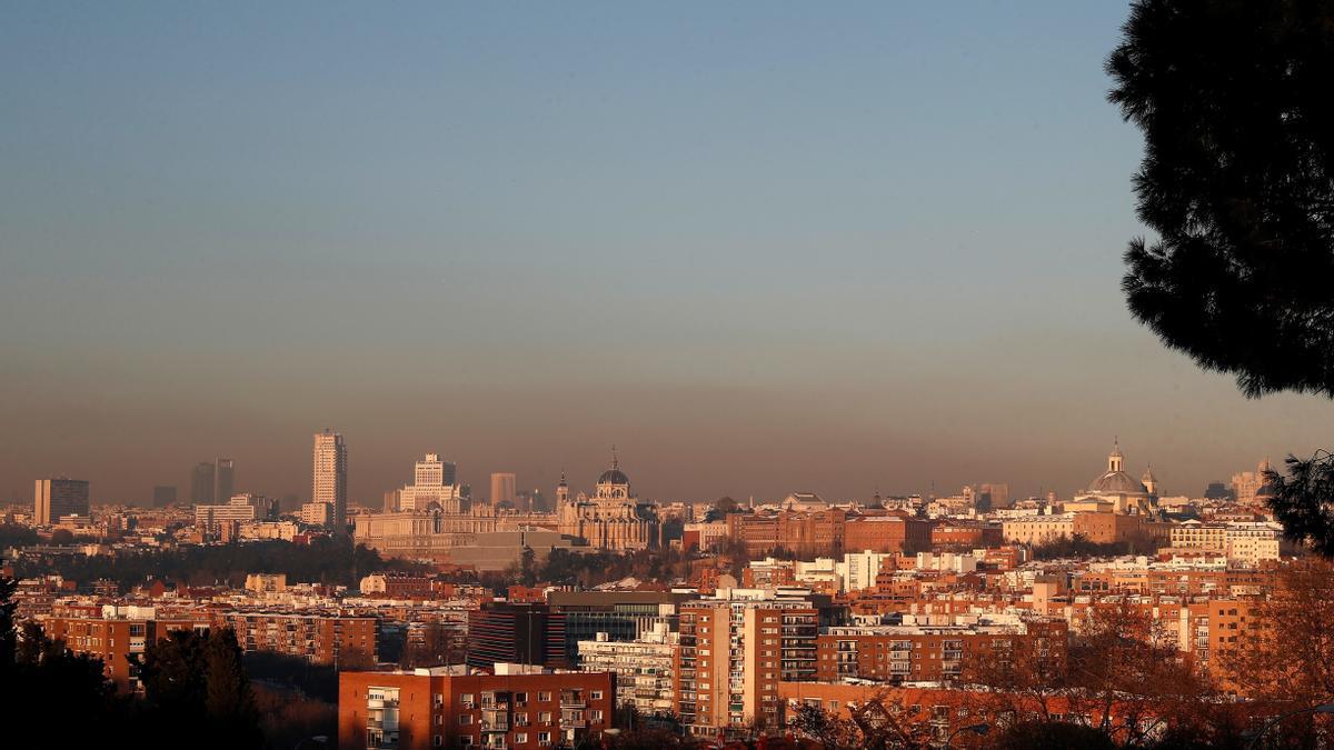 Vista de la boina de contaminación generada por el uso masivo de estufas y calefacciones tras el paso del temporal Filomena, desde el Parque de San Isidro de Madrid.