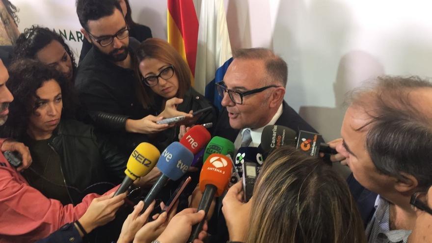 José Manuel Baltar atiende a los medios de comunicación. (EUROPA PRESS)
