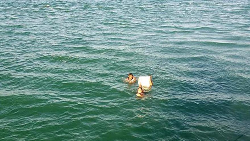 Tres náufragos se salvan en Brasil agarrados a una caja de cerveza