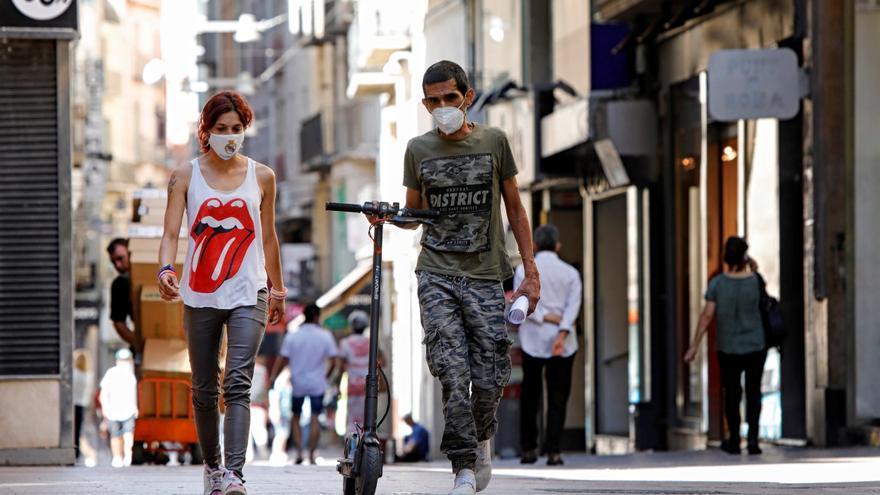 Varias personas caminan por el centro de Lleida. EFE/Susanna Sáez/Archivo