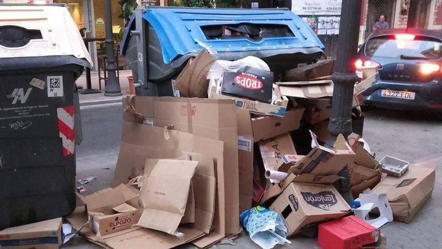 Los contenedores de Ruzafa desbordados de basura este mismo lunes
