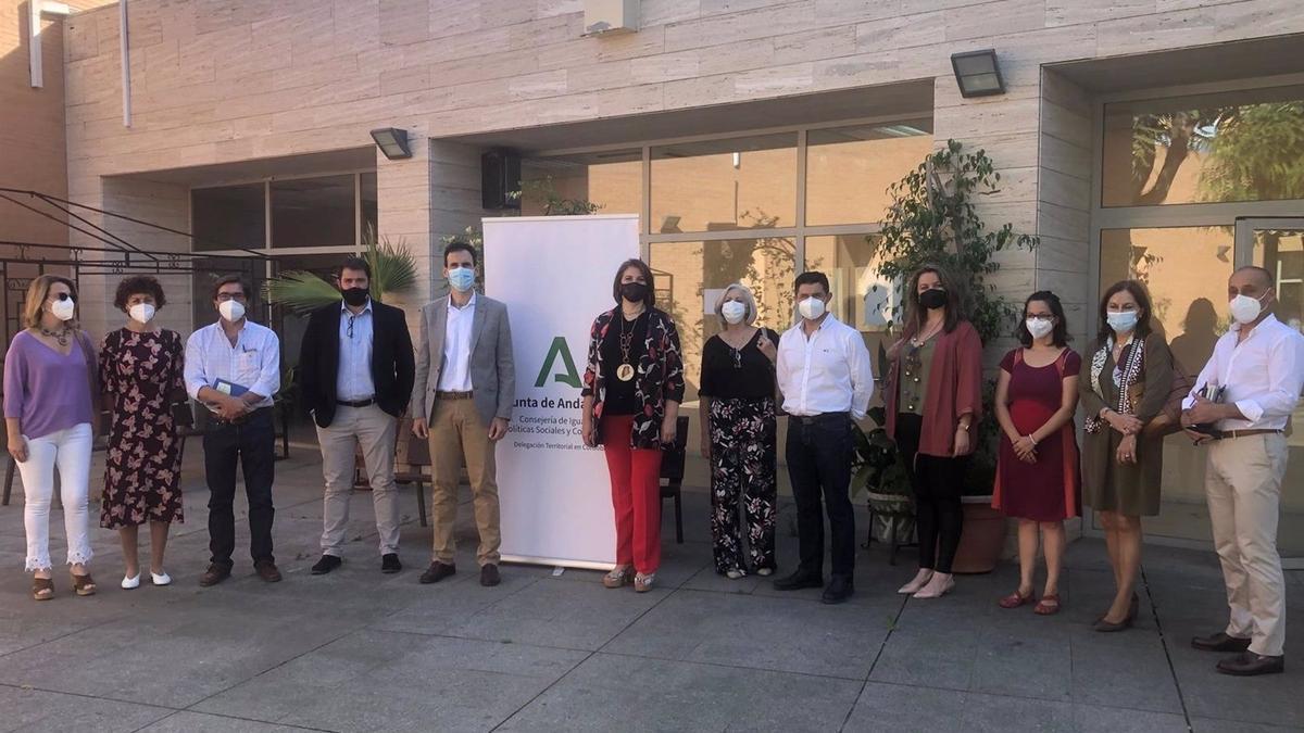 El delegado de Igualdad, Políticas Sociales y Conciliación de la Junta de Andalucía en Córdoba, Antonio López (quinto por la izda.), en la presentación del programa 'Nayfa'.