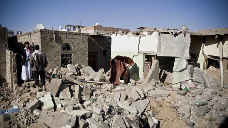 Búsqueda de supervivientes bajo los escombros de las casas destruidas por los ataques aéreos saudíes cerca del aeropuerto de Sanaa, Yemen.