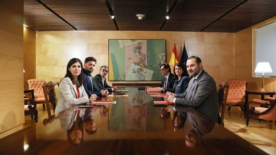 Los equipos negociadores de PSOE y ERC en su reunión este jueves.