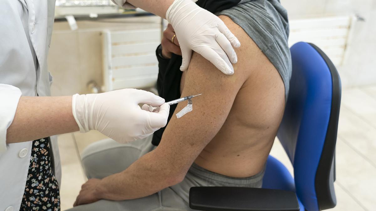 Tras retomarse la inoculación con AstraZeneca, la vacunación ha avanzado a un ritmo de en torno a 200.000 sueros diarios.