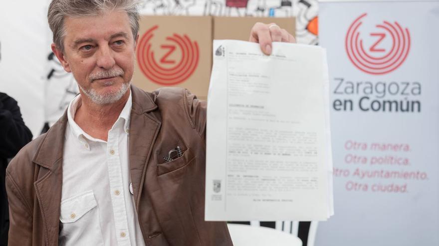 Pedro Santisteve muestra la citación judicial. Foto: Juan Manzanara