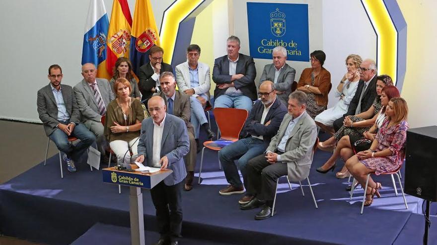 El presidente del Cabildo de Gran Canaria, Antonio Morales, junto a los consejeros. (ALEJANDRO RAMOS)