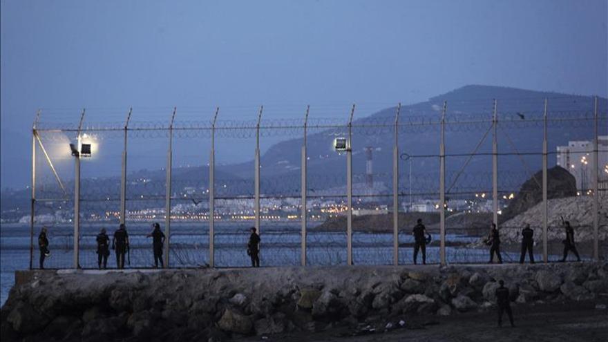 Efectivos de la Policía Nacional en el perimetro fronterizo de la playa del Tarajal/ Efe