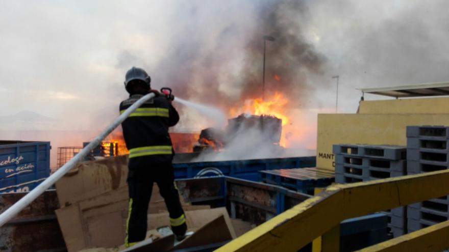 Incendio en un polígono industrial de Las Palmas de Gran Canaria. (@PoliciaLPA)