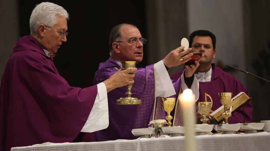 El obispo Francisco Cases durante la consagración